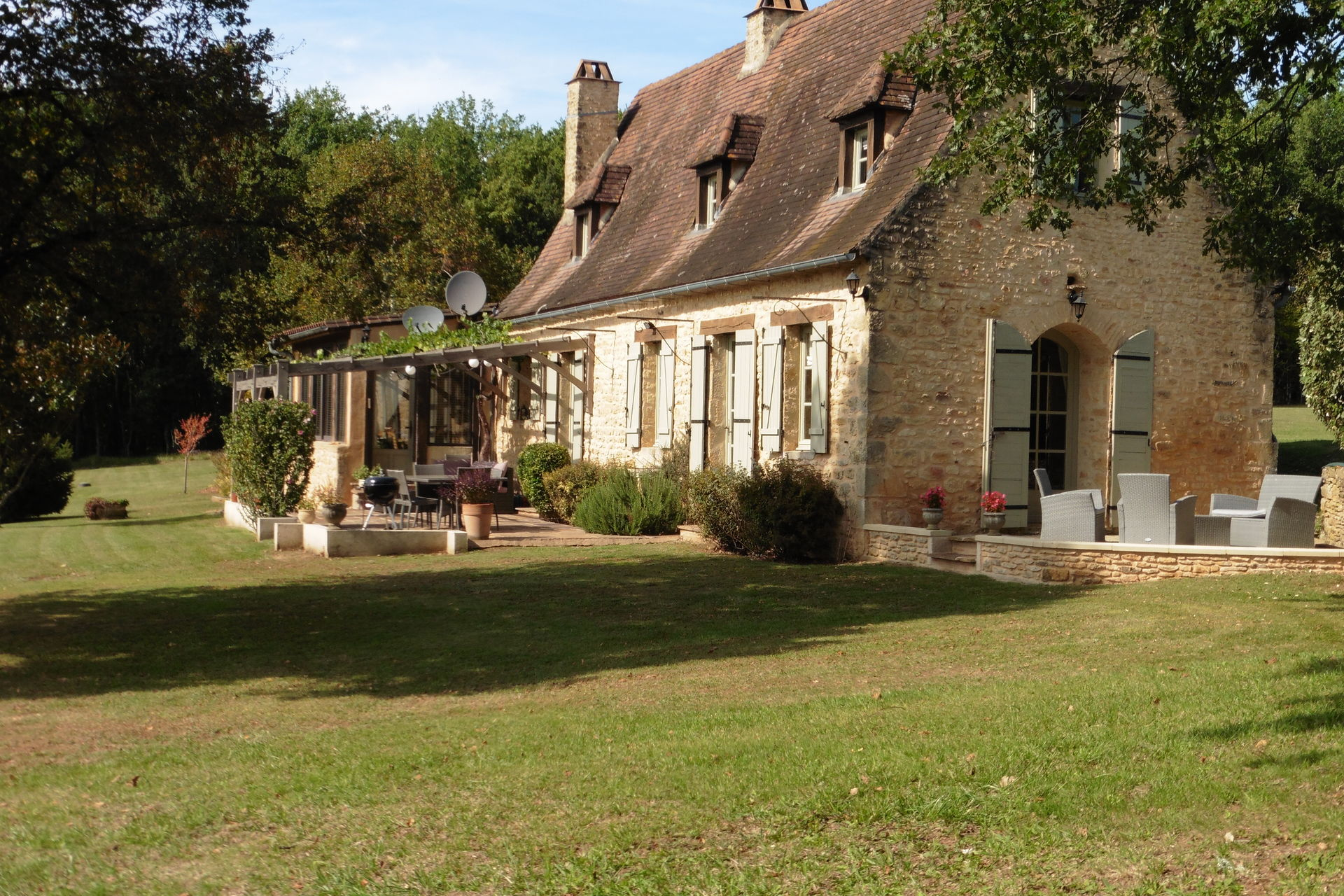 Buy 39 16th century perigourdine house with outbuildings in for Garage bruneteau le bugue