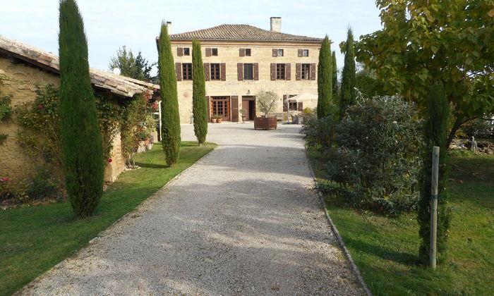 Indrukwekkend 'Maison de Maître'; prachtige tuin; 1 ha.omheind terrein; complete privacy.