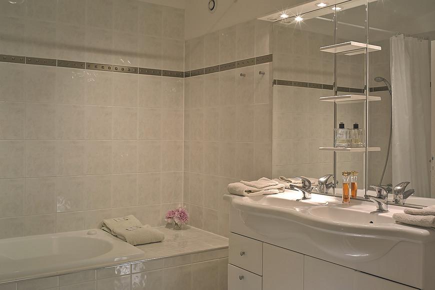 Aarden Badkamer Verplicht ~ Ruime badkamer met bubbelbad met het comfort van twee wastafels