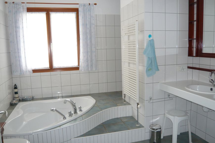 20170416 064738 badkamer met hoekbad - Marmeren douche ...